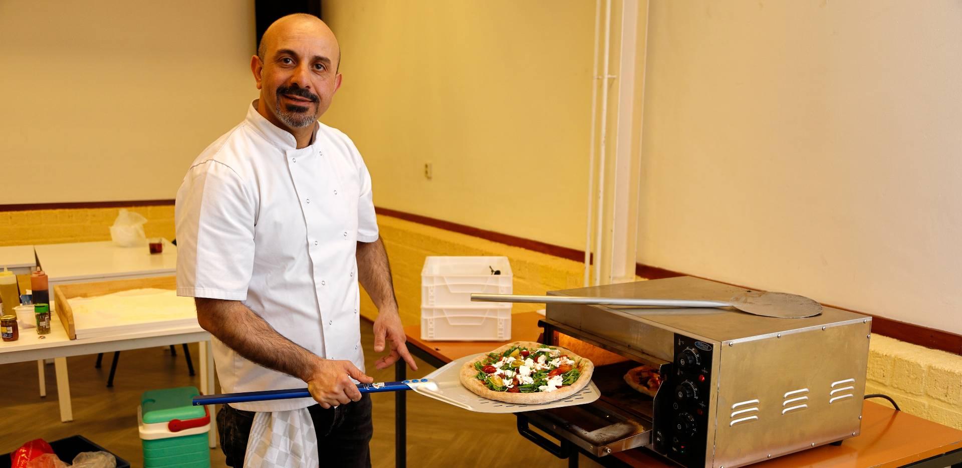 Ahmad schoolt zich om tot pizzabakker